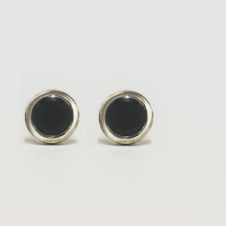 abotoadura-na-cor-prata-formato-circular-detalhe-preto