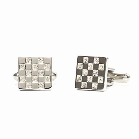 Abotoadura-na-cor-prata-formato-quadrado-e-detalhes-menores