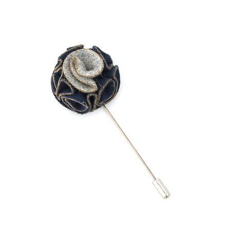 Pino-de-lapela-azul-com-detalhes-cinza-formato-de-flor-cravo