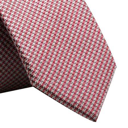 Gravata-Slim-xadrez-em-poliester-rosa-com-fundo-branco-e-preto1