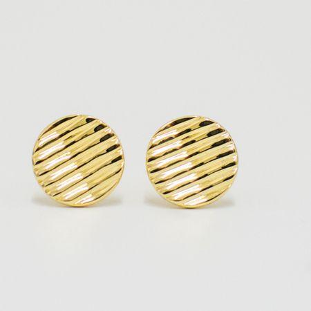 abotoadura-na-cor-dourada-formato-circular-detalhe-listrado