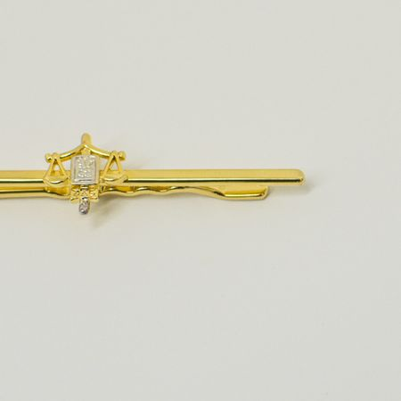prendedor-de-gravata-dourado-com-simbolo-do-direito-detalhe-prata