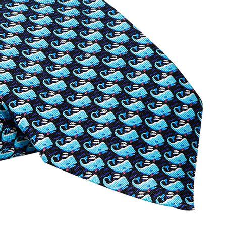 Gravata-Tradicional-seda-estampada-com-baleias-azul-claro-e-fundo-marinho1