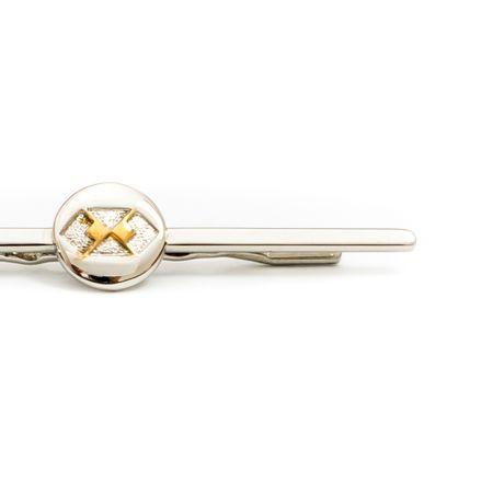 Prendedor-de-gravata-prata-com-detalhe-circular-e-simbolo-de-administracao